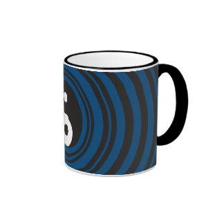 Ondulaciones azules de los círculos concéntricos d tazas de café