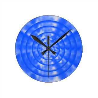 Ondulaciones azules y blancas abigarradas relojes