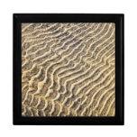 Ondulaciones de la arena en agua poco profunda caja de joyas