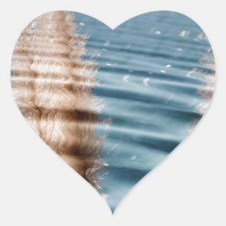 Ondulaciones de la charca pegatina en forma de corazón