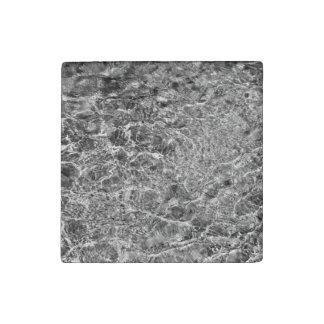 Ondulaciones del agua de río imán de piedra