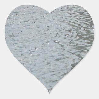 Ondulaciones del agua pegatina en forma de corazón