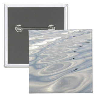 Ondulaciones en el agua pin cuadrada 5 cm