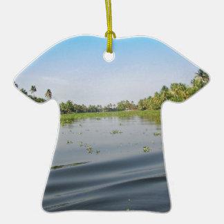 Ondulaciones en laguna del agua salada en Alleppey Adorno De Cerámica En Forma De Camiseta