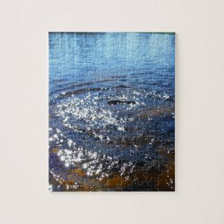 Ondulaciones en un lago, de un salto de los puzzles