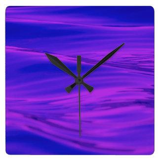 Ondulaciones rosadas púrpuras del agua del verano
