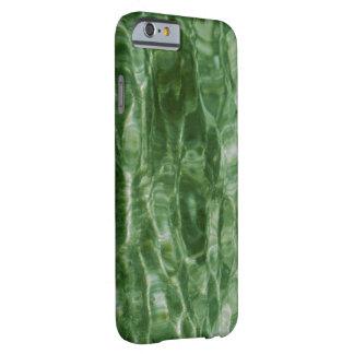 Ondulaciones verdes abstractas del agua funda de iPhone 6 barely there