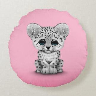 Onza linda Cub del bebé en rosa Cojín Redondo