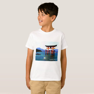 Ootorii ☆O-torii☆itukusima who stands in the sea T-Shirt