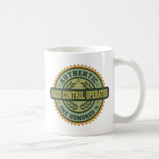 Operador de control de radio auténtico taza de café