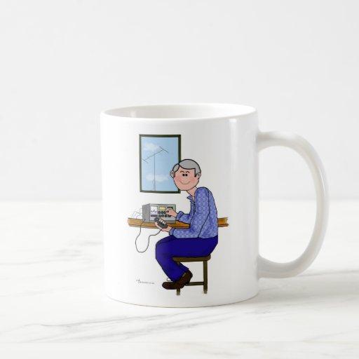 Operador de equipo de radio-aficionado de sexo mas taza de café