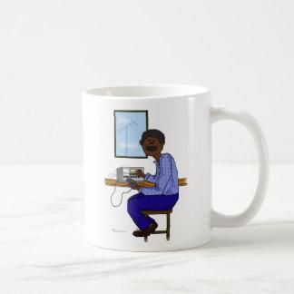 Operador de sexo masculino afroamericano del jamón taza
