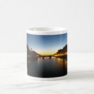 Opinión 01 de la puesta del sol taza básica blanca