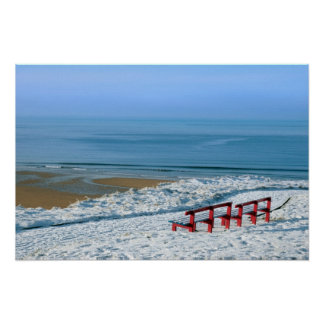 opinión atlántica del invierno y bancos rojos póster