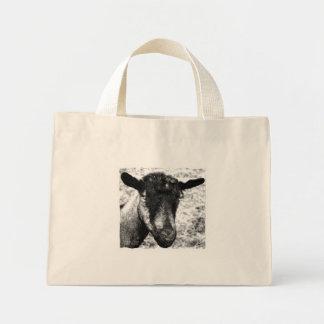 Opinión blanco y negro de la cabeza de la cabra de bolsa