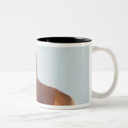 Opinión borrosa el jugador de básquet que gotea 2 taza de café de dos colores