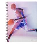 Opinión borrosa el jugador de básquet que gotea libro de apuntes con espiral