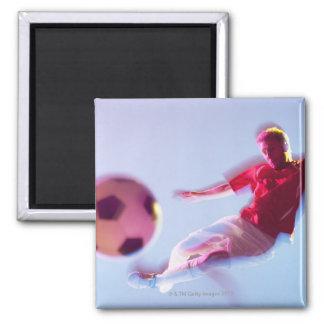 Opinión borrosa el jugador de fútbol que golpea la imán cuadrado