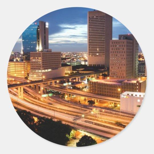 Opinión céntrica de la ciudad pegatina redonda
