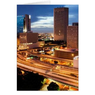 Opinión céntrica de la ciudad tarjeta