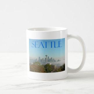 Opinión céntrica del horizonte de Seattle Washing Tazas
