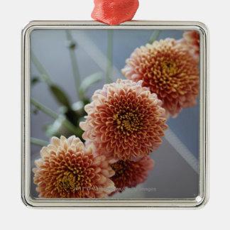 Opinión de alto ángulo de flores en un florero ornaments para arbol de navidad