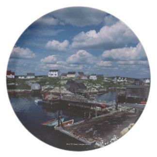 Opinión de alto ángulo de la ciudad provincial de  platos para fiestas