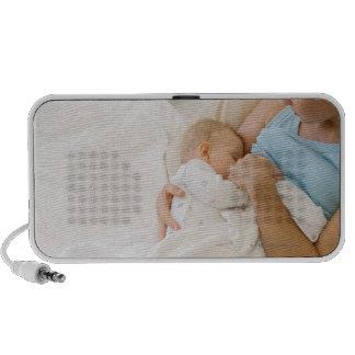 Opinión de alto ángulo el bebé de amamantamiento d mp3 altavoz