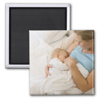 Opinión de alto ángulo el bebé de amamantamiento imán cuadrado