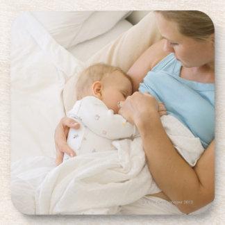 Opinión de alto ángulo el bebé de amamantamiento posavasos de bebida