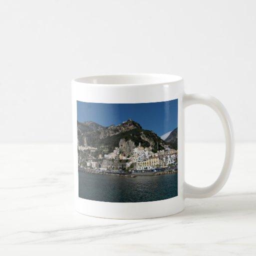 Opinión de Amalfi, mar Taza Básica Blanca