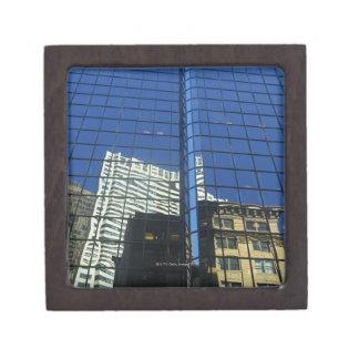 Opinión de ángulo bajo de la reflexión de edificio caja de regalo de calidad