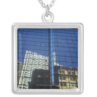 Opinión de ángulo bajo de la reflexión de edificio joyeria personalizada