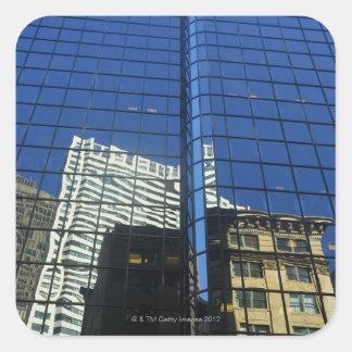 Opinión de ángulo bajo de la reflexión de pegatina cuadrada