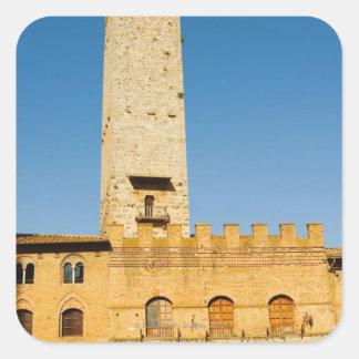 Opinión de ángulo bajo de la torre de un edificio, pegatina cuadrada