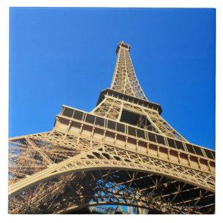 Opinión de ángulo bajo de la torre Eiffel contra e Azulejo Cuadrado Grande