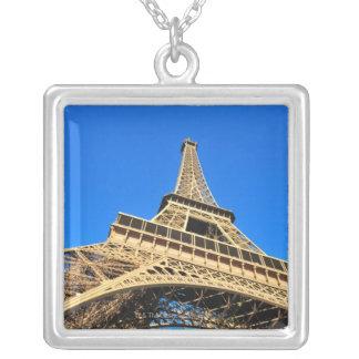 Opinión de ángulo bajo de la torre Eiffel contra e Joyería