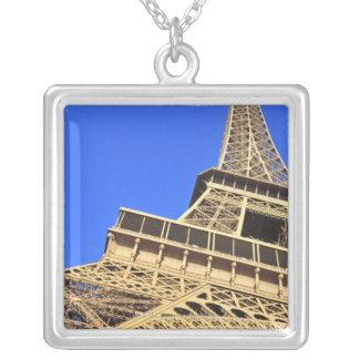 Opinión de ángulo bajo de la torre Eiffel contra e Colgantes