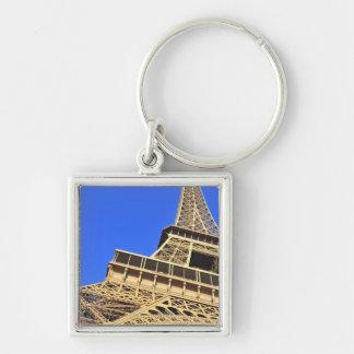 Opinión de ángulo bajo de la torre Eiffel contra e Llavero Cuadrado Plateado