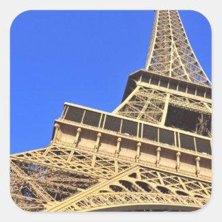 Opinión de ángulo bajo de la torre Eiffel contra Pegatina Cuadrada
