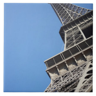 Opinión de ángulo bajo de la torre Eiffel, París,  Azulejo Cuadrado Grande