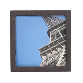 Opinión de ángulo bajo de la torre Eiffel, París,  Cajas De Recuerdo De Calidad