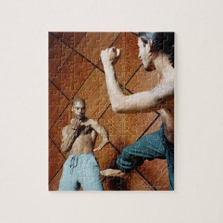 Opinión de ángulo bajo de practicar de dos hombres puzzle