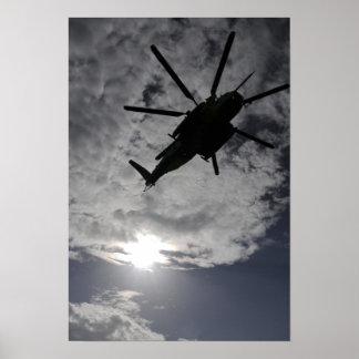 Opinión de ángulo bajo de un CH-53E Posters