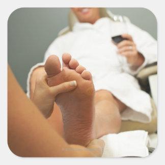 Opinión de ángulo bajo el hombre que recibe masaje pegatina cuadrada