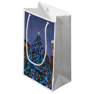 Opinión de ángulo bajo en el árbol de navidad bolsa de regalo pequeña
