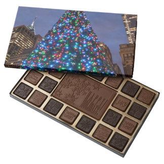 Opinión de ángulo bajo en el árbol de navidad caja de bombones variados con 45 piezas
