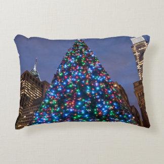 Opinión de ángulo bajo en el árbol de navidad cojín