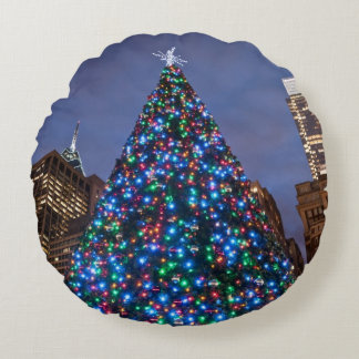 Opinión de ángulo bajo en el árbol de navidad cojín redondo