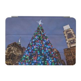 Opinión de ángulo bajo en el árbol de navidad cubierta de iPad mini